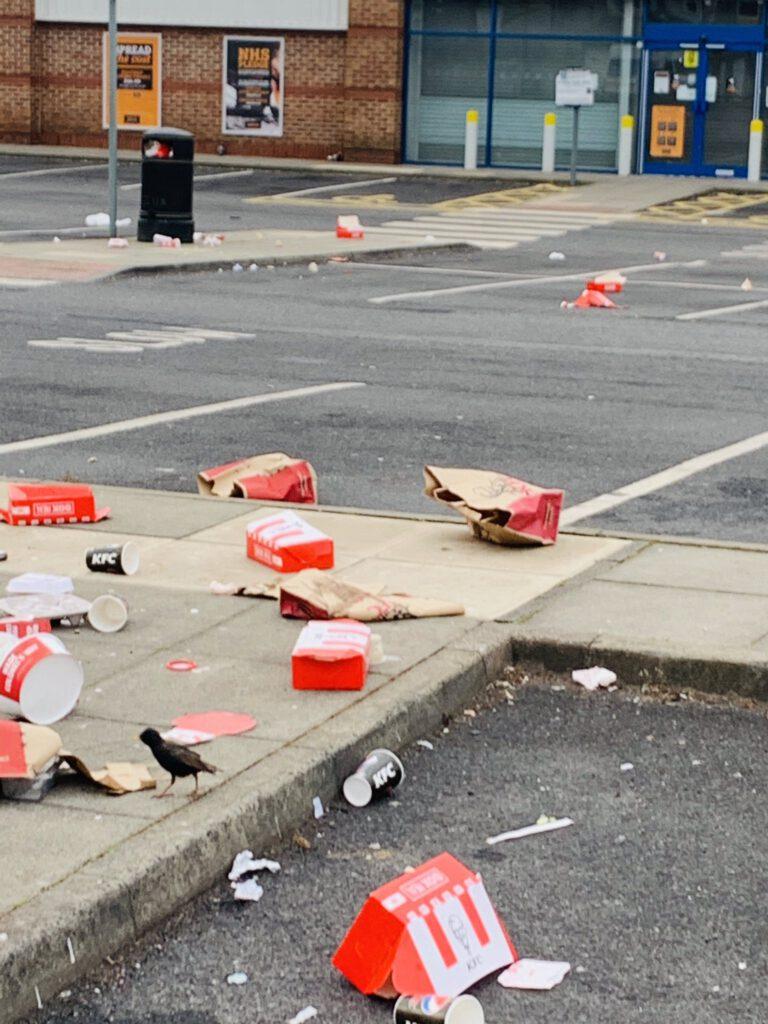 Após desconfinamento no Reino Unido, clientes de KFC deixam a rua assim