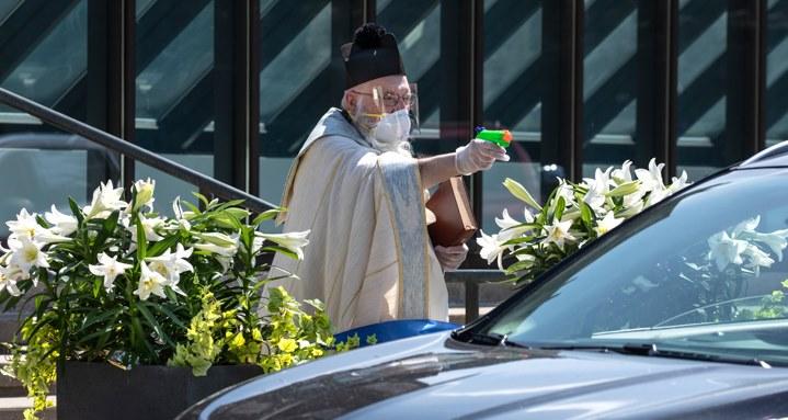 Com pistola de água benta, é assim que um padre benze os fiéis!