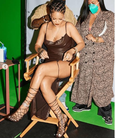 Rihanna derrete os seguidores ao mostrar as pernas em vestido justo