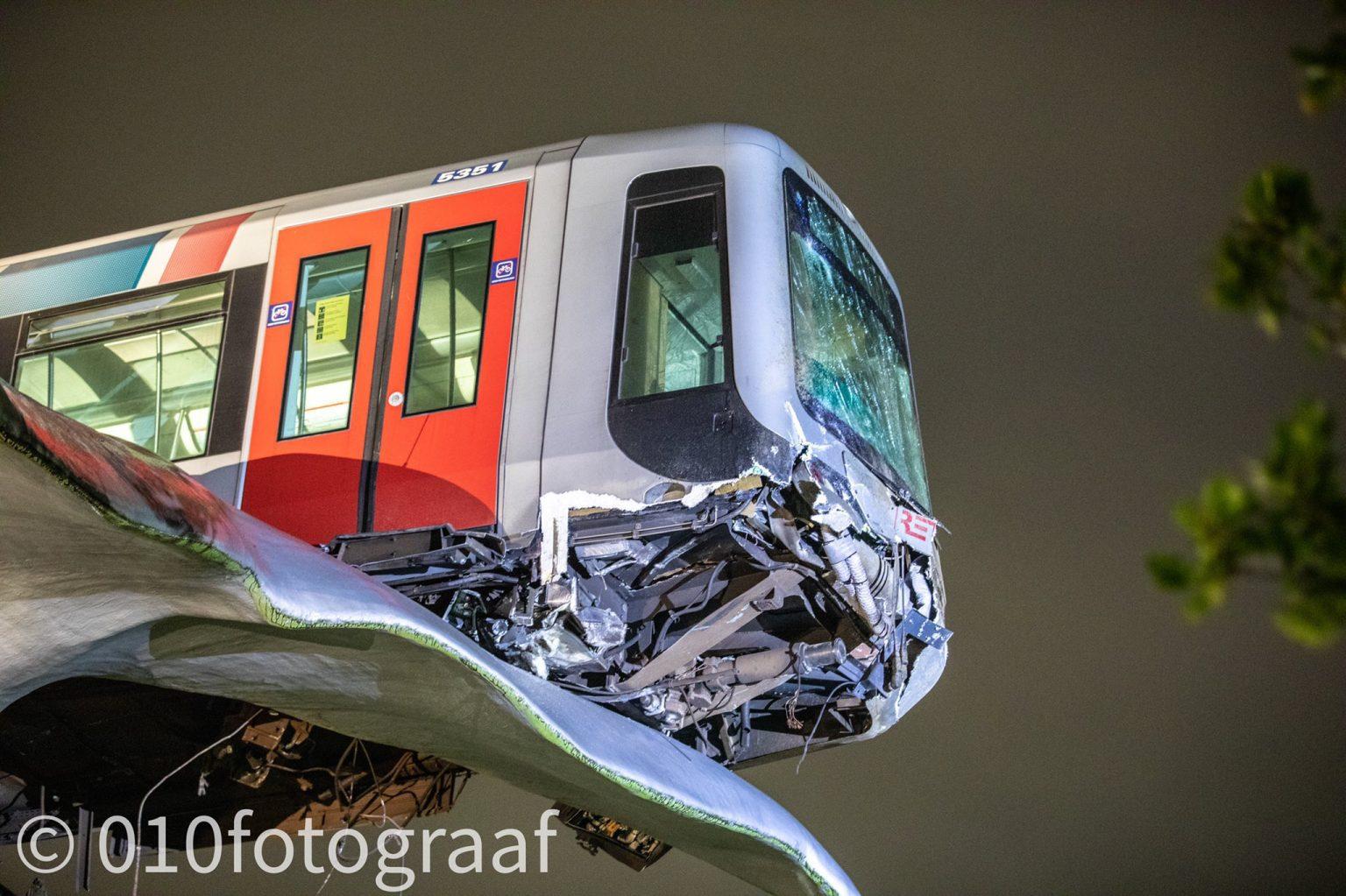 Escultura de baleia impediu queda de carruagem de metro com passageiros no interior na Holanda