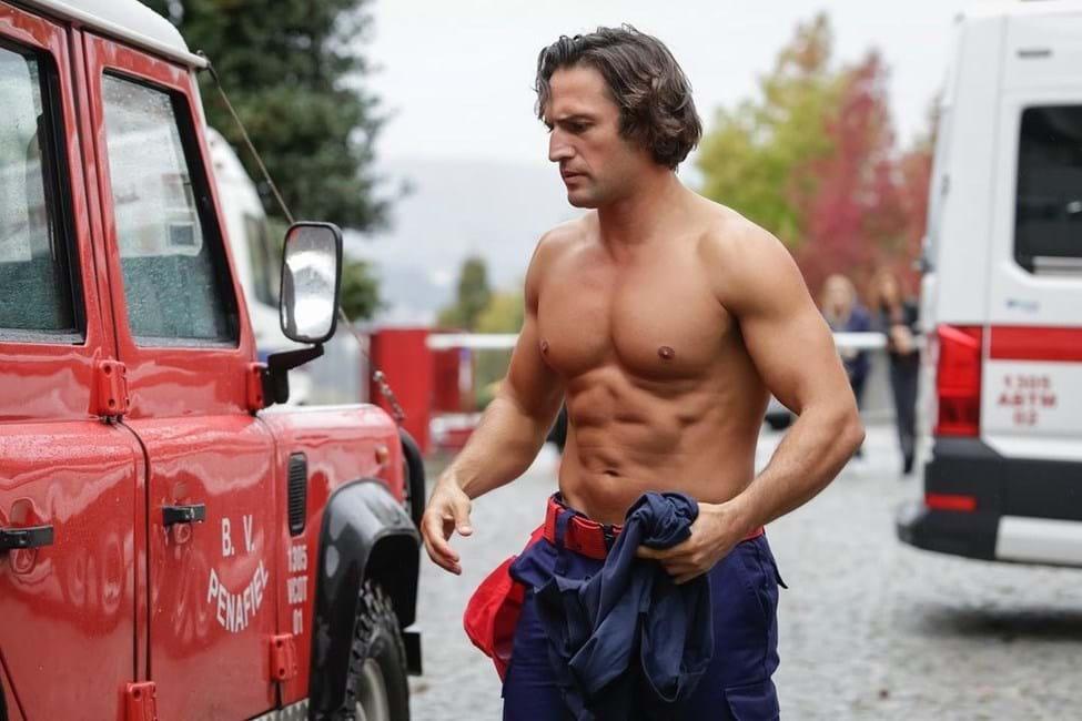 José Fidalgo protagoniza cena quente como bombeiro em novela da SIC
