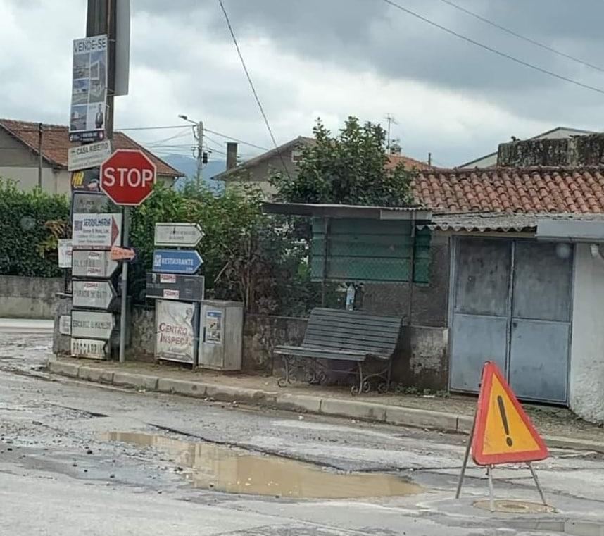 Populares de Vila do Prado, Vila Verde, plantam couves nos buracos de uma estrada